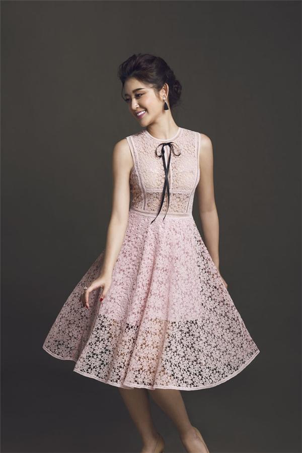 Váy xòe điệu đà - món trang phục thể hiện nét điệu đà, duyên dáng của phái đẹp. Hai tông màu trắng, hồng pastel cũng dễ dàng phối trang phục, phụ kiện đi kèm.
