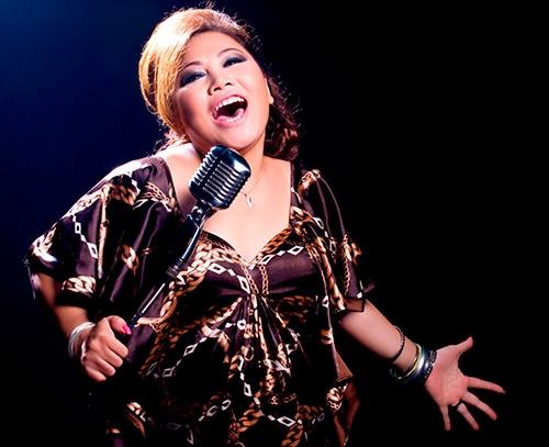 """Siu Black là mộttrong số những nữ ca sĩ nổi danh ở Việt Nam với dòng nhạc rock. Mỗi lần lên sân khấu, chị """"đốt cháy"""" khán đàibằng giọng hát đầy nội lực, bằng phong cách biểu diễn đầy đam mê, đầy máu lửa.Mặc dù từ ngoại hình, giọng hát, phong cách biểu diễn và dòng nhạc theo đuổi đều toát lên vẻ phóng khoáng, mạnh mẽ nhưng Siu Black lại có biệt danh hết sức dịu dàng: """"Họa mi núi rừng"""". - Tin sao Viet - Tin tuc sao Viet - Scandal sao Viet - Tin tuc cua Sao - Tin cua Sao"""