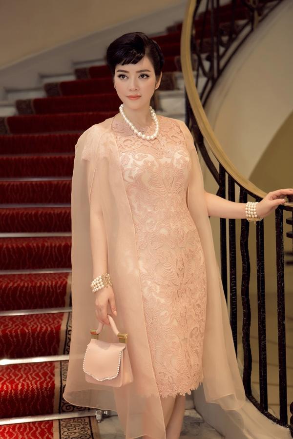 """Một năm trước, nữ diễn viên """"Mùa hè lạnh"""" cũng từng tạo được ấn tượng tốt trên thảm đỏ Cannes 2015. Nhưng ở thời điểm đó, lí do Lý Nhã Kỳ đến Cannes vẫn không được thông tin rõ ràng."""