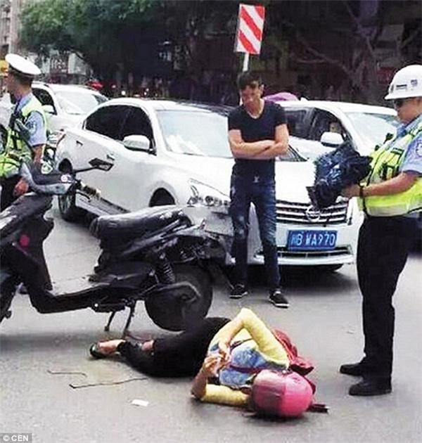 Mặc dù bị ô tô đâm nhưng người phụ nữ vẫn dùng điện thoại vào mạng trước sự kinh ngạc của nhiều người.