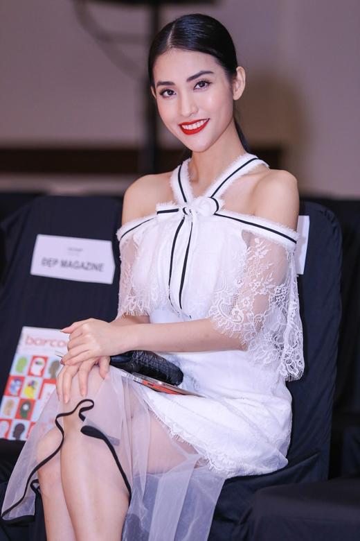 """Mai Hồ là một trong những khách mời đến sớm nhất, cô đi sự kiện một mình và diện trang phục nhẹ nhàng, nữ tính. Đây là một trong những trang phục thuộc BST """"Hóng Gió Đầu Hè"""" từ thương hiệu Elpis."""