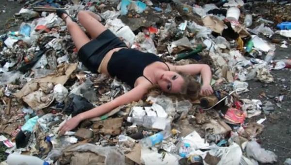 7. Người ta săn chỗ sang chảnh chụp ảnh, nàng chọn ngay bãi rác.