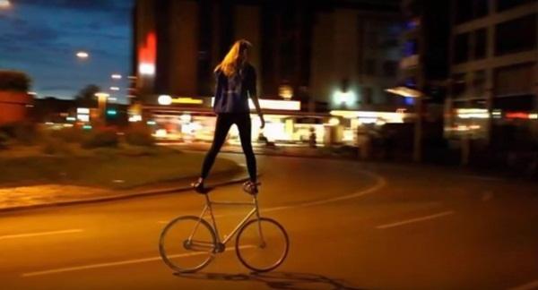 8. Có ai dám đi xe đạp như em không?