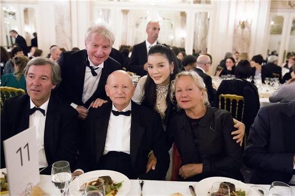 Tại buổi tiệc này, Lý Nhã Kỳ được nguyên Chủ tịch Liên hoan phim Cannes, đương kim Chủ tịch Cinefondation Cannes - Gilles Jacob(giữa)mời ngồi chung bàn. Đây chính là khu vực tập trung nhiều nhân vật quyền lực nhất trong buổi tiệc.