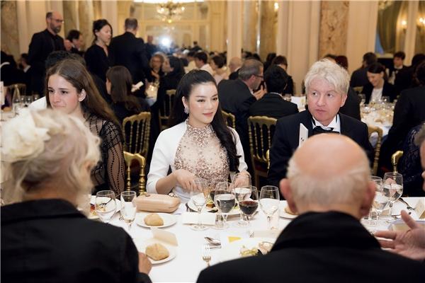 Ngài Jacob đặc biệt mời Lý Nhã Kỳ ngồi đối diện bởi sự yêu mến dành riêng cho cô, và để có thể trò chuyện nhiều hơn. Ông quý mến Lý Nhã Kỳ ở tinh thần cùng phong thái đỉnh đạc không thua kém những ngôi sao hàng đầu. Ngoài ra, lòng nhiệt huyết cũng như sự hăng say của cô với lĩnh vực điện ảnh cũng là một ấn tượng sâu đậm trong lòng cựu Chủ tịch Liên hoan Phim Cannes.