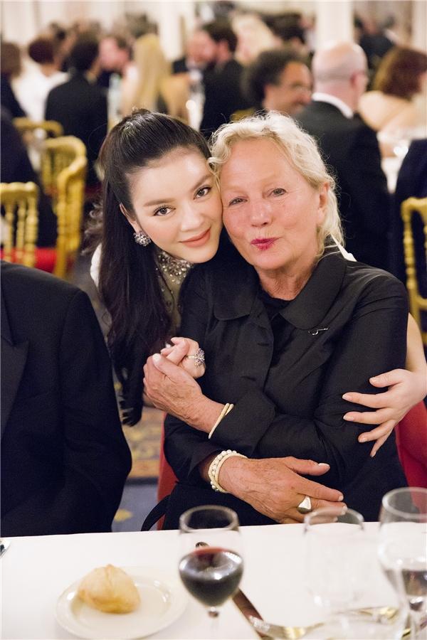 Nhà thiết kế lừng danh thế giới Agnès B ngồi chung bàn tiệc với Lý Nhã Kỳ rất nồng nhiệt khi đón tiếp cô.