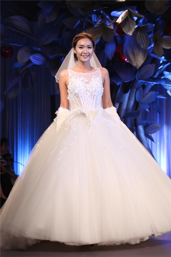 Những phom váy bồng xòe cổ điển trở nên mới lạ hơn nhờ cấu trúc phân tầng, bất đối xứng hoặc kĩ thuật dựng phom 3D đang được ưa chuộng trong nhiều năm qua.Bộ sưu tập này như một lời nguyện cầu hạnh phúc mà nhà thiết kế Chung Thanh Phong muốn gửi gắm đến các cô gái.