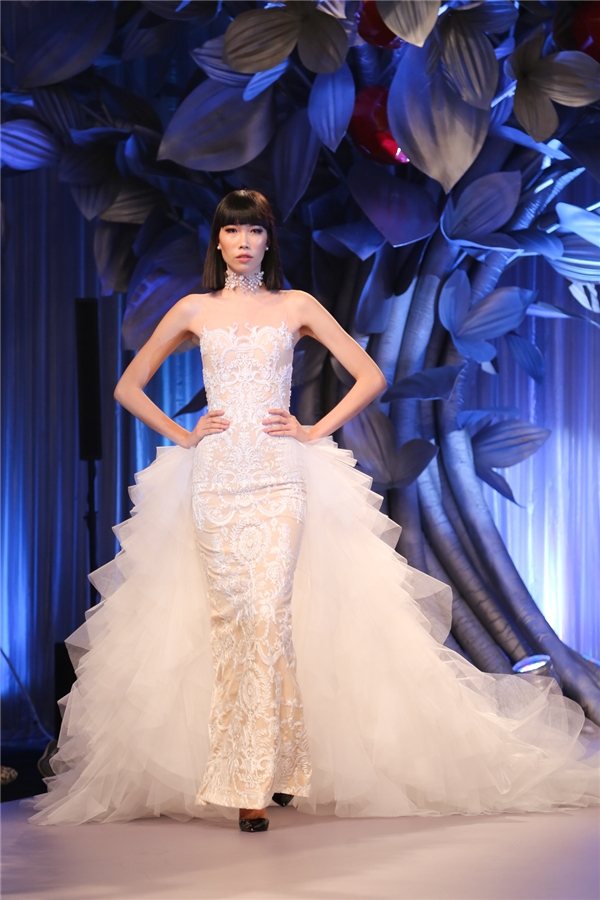 Váy ôm kết hợp phần chân rời - cấu trúc váy cưới, váy dạ hội trở thành xu hướng trong thời gian gần đây. Trông chúng vô cùng lộng lẫy, cầu kì nhưng vẫn dễ dàng di chuyển.