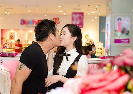 """Nam diễn viên Minh Tiệp say đắm """"khóa môi"""" bà xã ngay trong siêu thị. - Tin sao Viet - Tin tuc sao Viet - Scandal sao Viet - Tin tuc cua Sao - Tin cua Sao"""