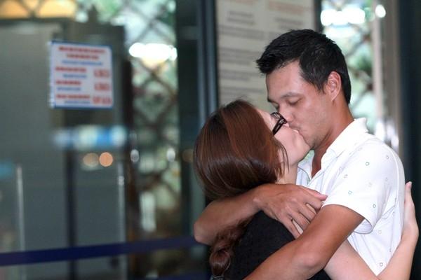 """Đạo diễn Khải Anh """"quên mất"""" mình đang đứng ở sân bay khi ghì chặt bà xã Đan Lê không rời. - Tin sao Viet - Tin tuc sao Viet - Scandal sao Viet - Tin tuc cua Sao - Tin cua Sao"""