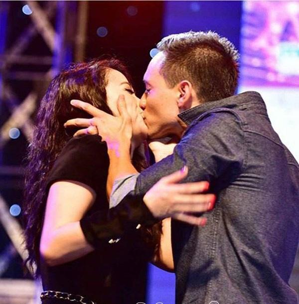 """Dù không chính thức thừa nhận chuyện tình cảm nhưng nam diễn viên Kim Lý từng khiến công chúng bất ngờ khi """"khóa môi"""" say đắm Trương Ngọc Ánh nơi công cộng. - Tin sao Viet - Tin tuc sao Viet - Scandal sao Viet - Tin tuc cua Sao - Tin cua Sao"""