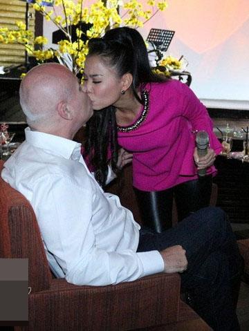 """""""Nữ hoàng nhạc dance"""" tình tứ bên chồng trước khi lên sân khấu biểu diễn. - Tin sao Viet - Tin tuc sao Viet - Scandal sao Viet - Tin tuc cua Sao - Tin cua Sao"""