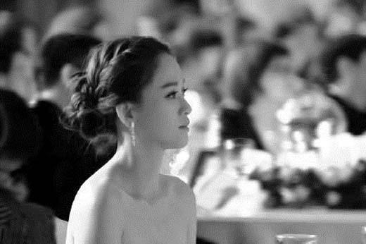 Ảnh trầm buồn trên trang cá nhân của Kiều Ân bị cho là gương mặt cô và bóng hình Hoắc Kiến Hoa phía sau.