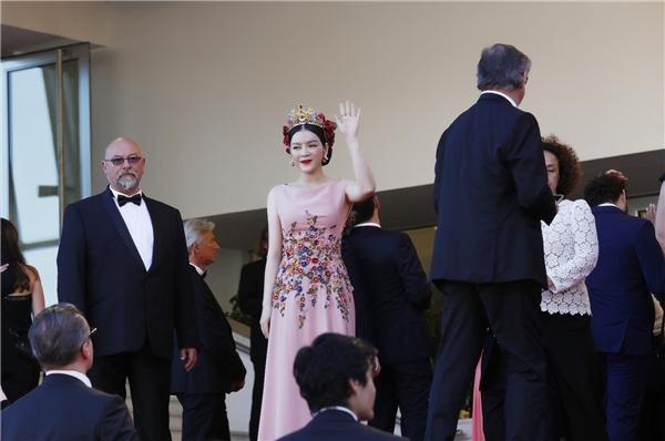 Lý Nhã Kỳ đội vương miện quyền lực lên thảm đỏ Cannes