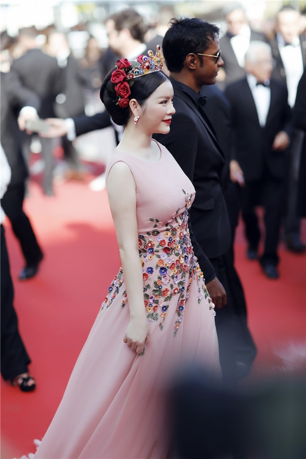 """Trước đó, hai bộ váy màu xanh ngọc lục bảo và xanh lơ nhẹ nhàng của cô đã lọt vào """"mắt xanh"""" của biên tập viên tạp chí Gala với những lời khen có cánh. Với bộ trang phục này, khán giả hy vọng mĩ nhân đến từ Việt Nam sẽ tiếp tục được xướng tên trong danh sách sao mặc đẹp của thảm đỏ danh giá bậc nhất hành tinh."""