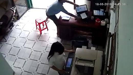 Màn cướp máy tính 1 giây quá táo tợn giữa ban ngày