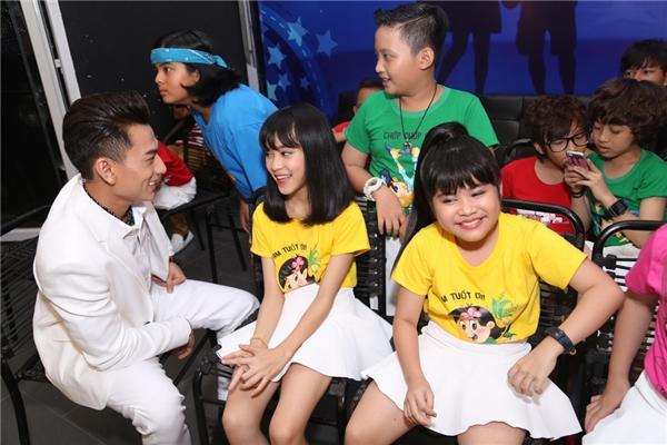 Giọng ca Mr.Right tranh thủ nói chuyện cùng các bé trước khi chương trình bước đầu. - Tin sao Viet - Tin tuc sao Viet - Scandal sao Viet - Tin tuc cua Sao - Tin cua Sao