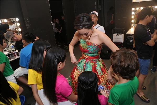 Các bé khá thích thú với chiếc váy mà cô Tóc Tiên đang mặc - Tin sao Viet - Tin tuc sao Viet - Scandal sao Viet - Tin tuc cua Sao - Tin cua Sao