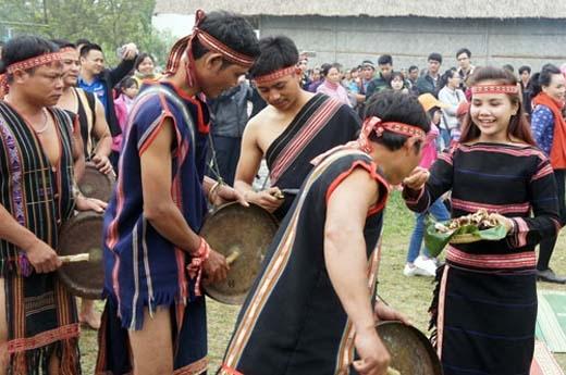 Cô dâu chú rể cùng mời cơm rượu họ hàng và dân làng.(Ảnh: Internet)