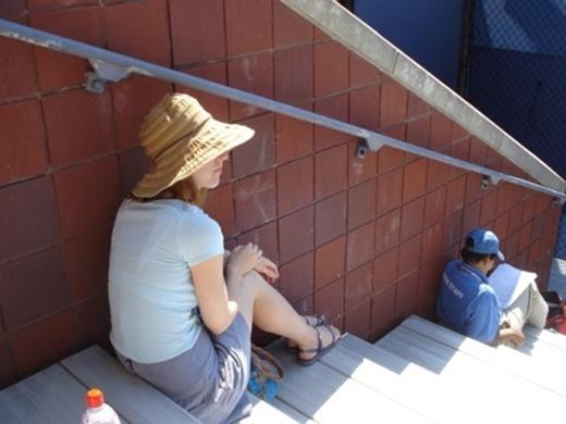 Cô gái ngồi khép nép chỗ mát.(Ảnh: Internet)