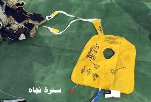 Hình ảnh đầu tiên về các mảnh vỡ máy bay Ai Cập rơi ở Địa Trung Hải.