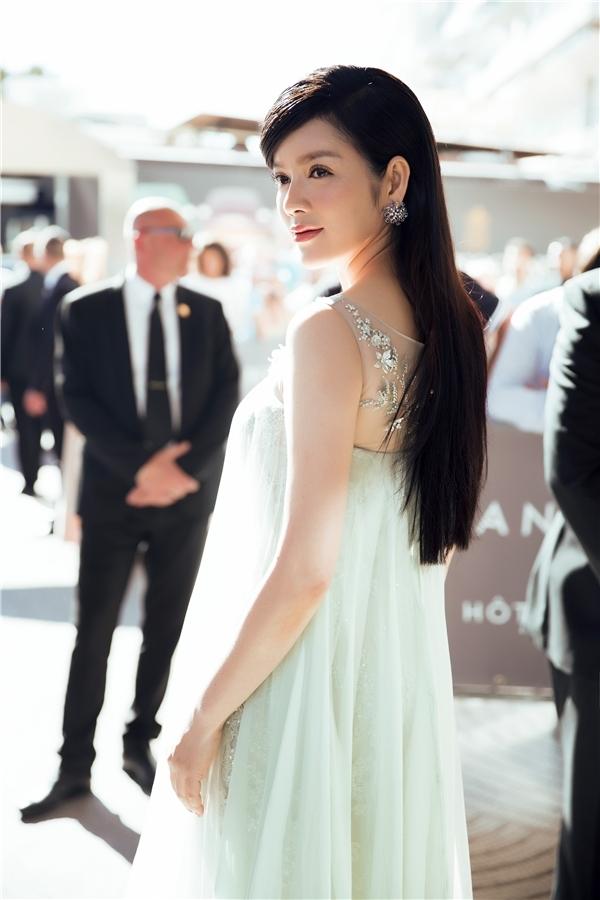 Bộ váy với tông xanh lơ ngọt ngào thực sự là nét chấm phá thú vị của Lý Nhã Kỳ tại Liên hoan Phim Cannes năm nay. Thiết kế kết hợp hài hòa giữa dáng váy ôm sát bằng chất liệu ánh kim bên trong cùng lớp choàng rộng bồng bềnh bên ngoài tựa như những đám mây trời.