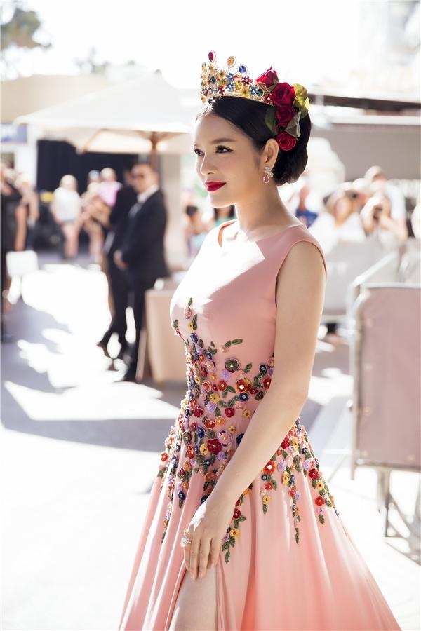 Sắc hồng ngọt ngào kết hợp loạt họa tiết hoa đính kết kì công tái hiện lại khung cảnh mùa xuân trên chiếc váy của Lý Nhã Kỳ. Tổng thể trở nên ấn tượng hơn với vương miện kết hợp hoa hồng ngọt ngào, lãng mạn.