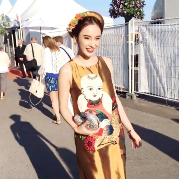 Dù lần đầu tham dự thảm đỏ danh giá bậc nhất hành tinh nhưng Angela Phương Trinh lại nhanh chóng thu hút sự chú ý của khán giả, truyền thông khi mang vẻ đẹp truyền thống đến Cannes 2016. Bộ trang phục với sắc vàng đồng trầm mặc kết hợp họa tiết tranh dân gian Đông Hồ vừa vui mắt nhưng lại vừa ấn tượng.