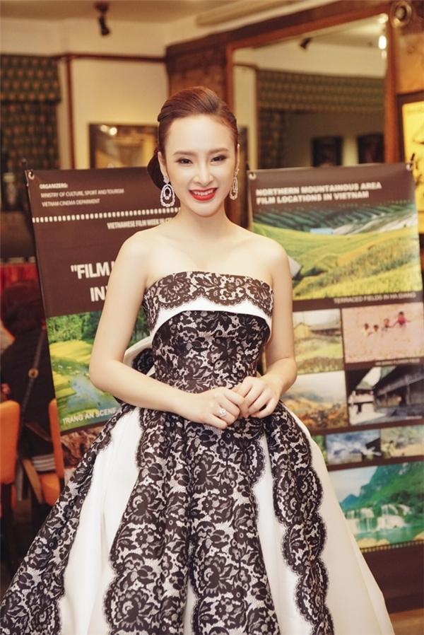 Trên thảm đỏ Tuần lễ phim Việt tại Cộng hòa Séc, Angela Phương Trinh gây ấn tượng mạnh khi diện bộ váy bồng xòe với hai tông màu trắng, đen tương phản. Đây là bộ trang phục được nhà thiết kế Đỗ Mạnh Cường thực hiện riêng cho nữ diễn viên.