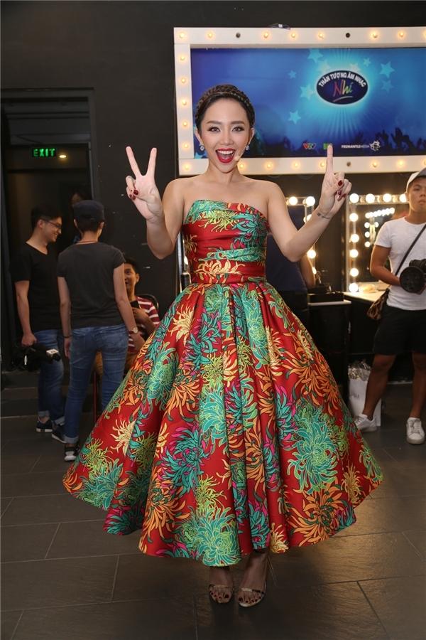 Tóc Tiên khoe sắc rực rỡ như những đóa hoa mùa hè khi diện váy bồng xòe với nhiều màu sắc của nhà thiết kế Đỗ Mạnh Cường. Thiết kế sử dụng phom váy xòe kinh điển tạo điểm nhấn bằng những đường gấp nếp hợp xu hướng.