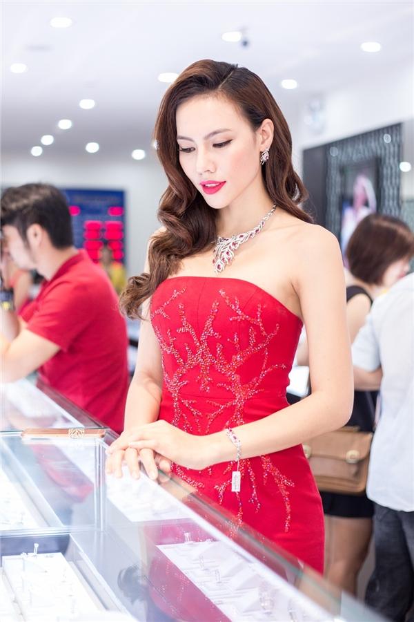 Bên cạnh sắc đỏ, bộ váy của Lệ Quyên còn ghi điểm bởi họa tiết san hô đính kết bằng đá quý, chi tiết ánh kim.
