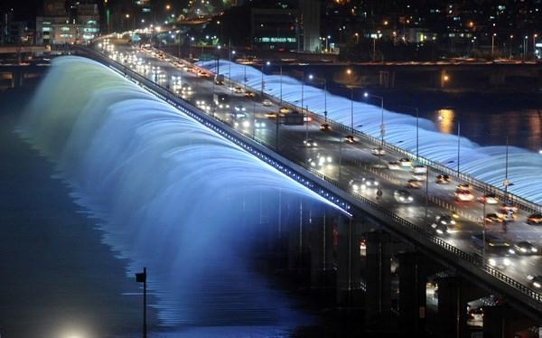 Cầu The Banpo, Seoul, Hàn Quốc được xem là đài phun nước lớn nhất thế giới. Lượng nước phun được lấy từ chính dòng sông Hàn bên dưới, những tia nước bắn ra dài đến 42m chiều ngang và đây luôn là địa điểm thu hút khách du lịch ghé thăm.