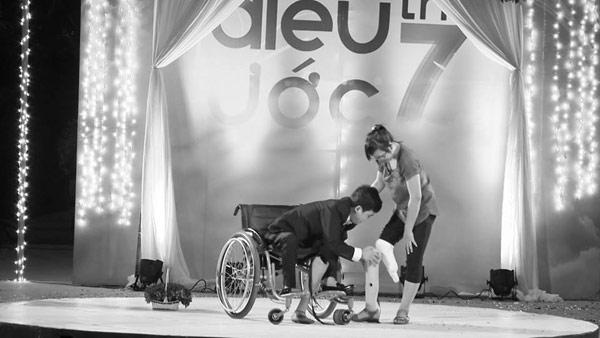 Điều ước thứ 7: Màn cầu hôn xúc động của đôi khuyết tật trẻ