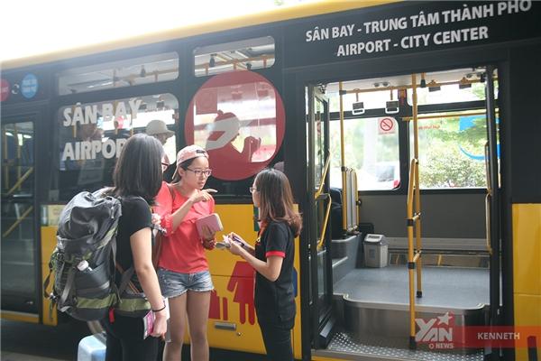 """Du khách nước ngoài đón xe buýt """"vàng"""" tại sân bay."""