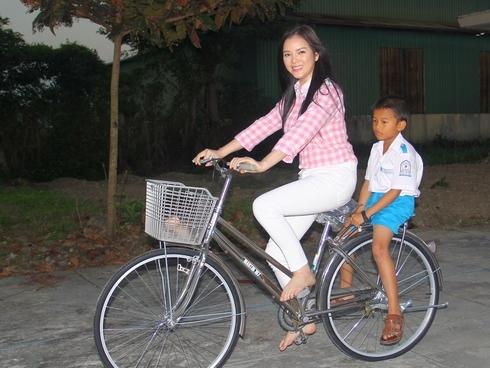 """Rời """"xế hộp"""" sang trọng hay siêu xe đắt tiền, nữ diễn viên vô tư trên chiếc xe đạp rất đời thường.Thậm chí có lúc cô đi cả chân đất để đạp xe chở một cậu bé. - Tin sao Viet - Tin tuc sao Viet - Scandal sao Viet - Tin tuc cua Sao - Tin cua Sao"""