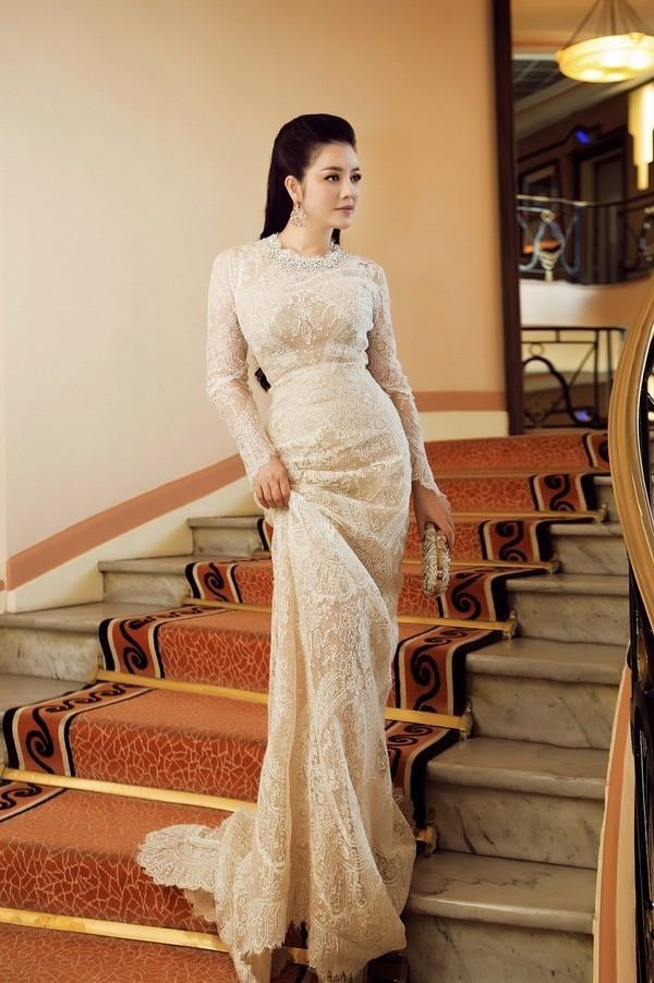 2 năm sau, Lý Nhã Kỳ thực sự trở thành điểm sáng và làniềm tự hào của khán giả Việt khi tham dự Liên hoan Phim Cannes 2015. Trang phục cổ điển nhưng vẫn quyến rũ liên tục giúp cô có mặt trên khắp các bảng xếp hạng mặc đẹp uy tín.