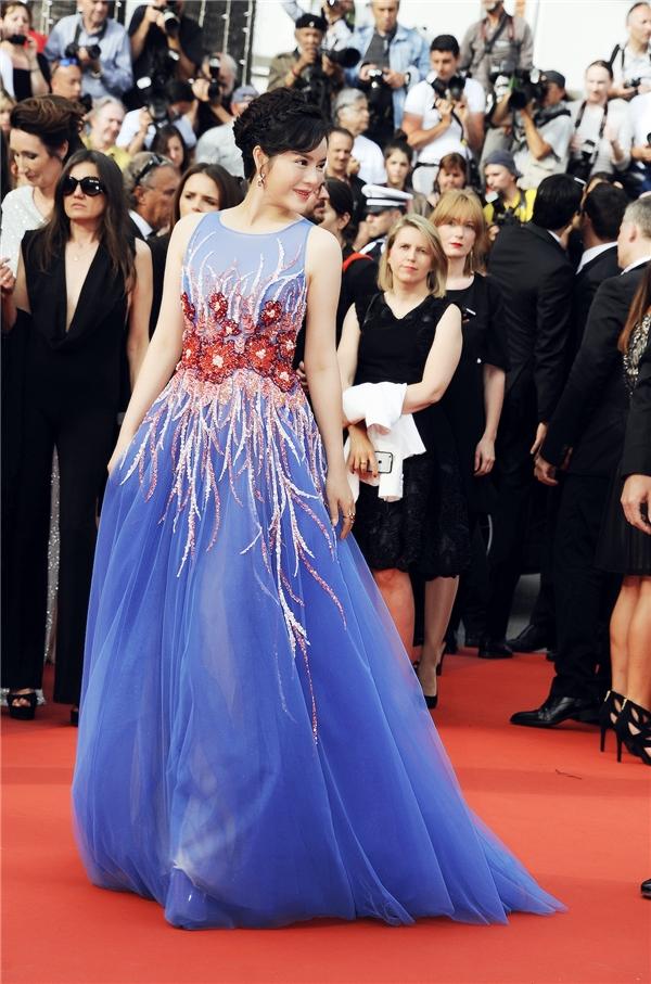 Đến tham dự đêm bế mạc của Cannes 2016, Lý Nhã Kỳ liên tục được các nhiếp ảnh gia gọi tên trên thảm đỏ. Nữ diễn viên liên tục tạo dáng nhanh chóng để có được những khung ảnh đẹp mắt.