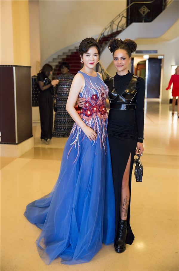 Tại sảnh lớn của khách sạn, Lý Nhã Kỳ được nữ diễn viên Sasha Lane xin chụp ảnh lưu niệm. Cô gái này được kì vọng sẽ tỏa sáng sau Cannes 2016 khi nhận được một vài đề cử. Sasha Lane cũng được khán giả nhớ đến khi là bạn gái của tài tử phimTransformers- Shia LaBoeuf.