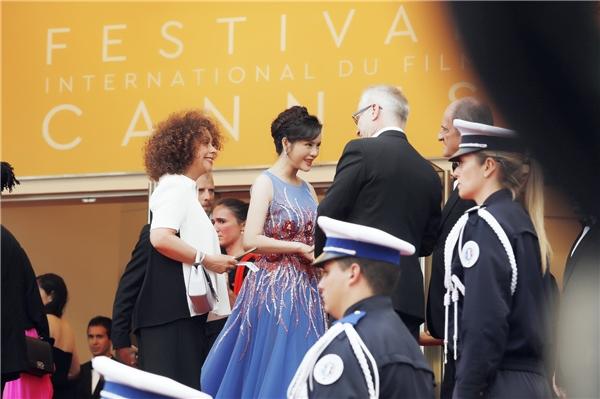 Ngoài ra, Lý Nhã Kỳ nhận được sự quan tâm của nhiều khách mời tham dự thảm đỏ bế mạc Cannes 2016. Họ biết đến cô thông qua những hình ảnh lung linh xuất hiện trên tạp chí Gala.