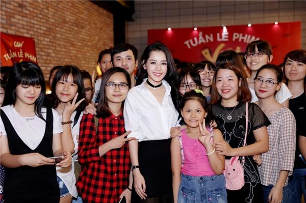 Nữ diễn viên chụp ảnh lưu niệm và selfie trước khi ra về để đáp lại tình cảm của rất đông các fan ở lại tận cuối chương trình. - Tin sao Viet - Tin tuc sao Viet - Scandal sao Viet - Tin tuc cua Sao - Tin cua Sao