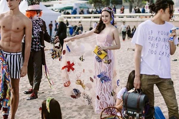 Không chỉ vậy, khoảnh khắc người đẹp dang rộng tà váy đại dương được hãng thông tấn Reuters xếp vào một trong 40 khoảnh khắc thời trang trên thảm đỏ Cannes. - Tin sao Viet - Tin tuc sao Viet - Scandal sao Viet - Tin tuc cua Sao - Tin cua Sao