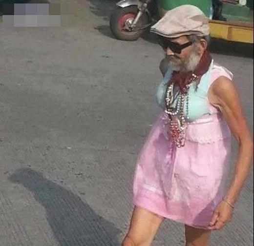 Đeo vòng cổ mặc váy hồng thì có gì là sai?(Ảnh: Internet)