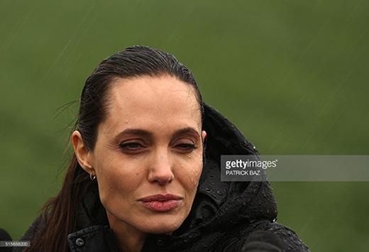 Những bức ảnh cận cảnh gương mặt cho thấy một Jolie ốm yếu với đôi mắt thâm và những nếp nhăn.