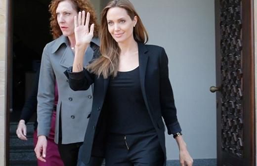 Jolie thường xuất hiện với những trang phục tối màu, đơn giản càng khiến hình ảnh của cô thêm gầy ốm.