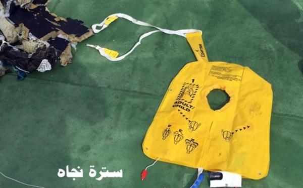 Hình ảnh về các mảnh vỡ có cả áo phao trẻ em, giày, túi xách phụ nữ khiến nhiều người xót xa.