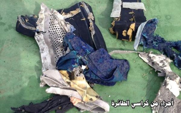 Hải quân Hy Lạp tiết lộ với báo giới họ đã tìm thấy một số thi thể, các mảnh vỡ của máy bay và một số tư trang của hành khách nổi trên Địa Trung Hải, cách Alexandria 290km.
