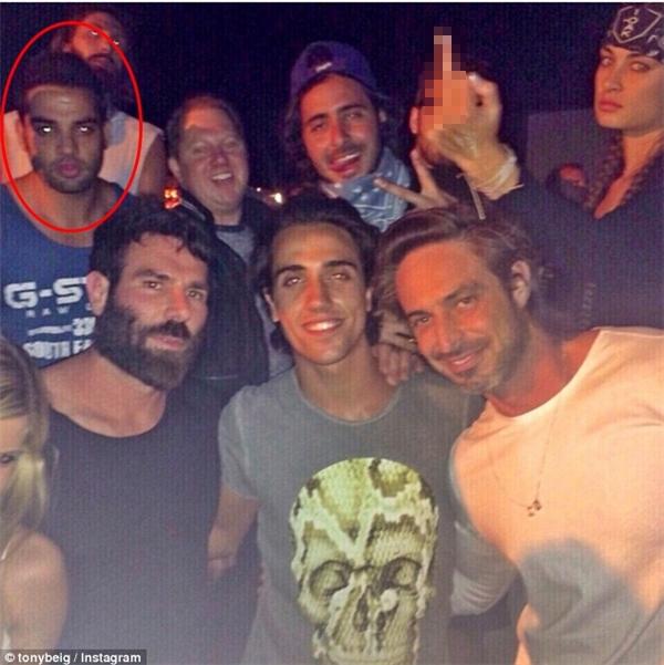 """Ảnh chụp Tony trong một buổi tiệc tùng với """"Ông hoàng Instagram"""" Dan Bilzerian. (Ảnh: Internet)"""
