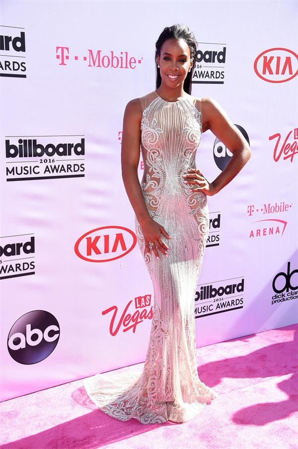 Không chọn chi tiết cắt xẻ nhưng Kelly Rowland vẫn khiến khán giả tò mò khi diện bộ váy xuyên thấu ánh bạc nổi bật. Đây được xem là bộ cánh đẹp nhất trên thảm hồng Billboard Music Award năm nay.