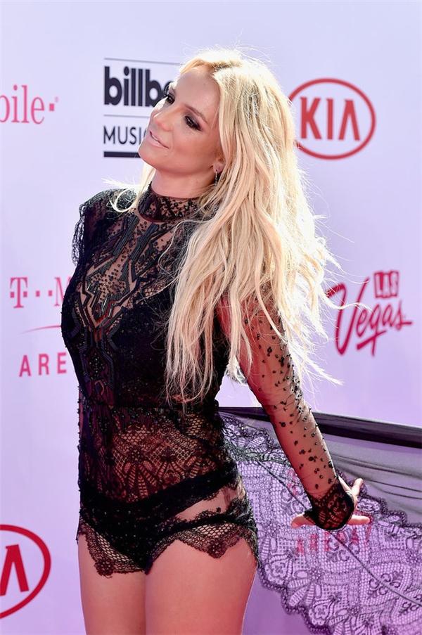Britney Spears mang đến vẻ ngoài ấn tượng, lạ mắt nhưng không hề tinh tế. Bộ cánh khiến nữ ca sĩ trông xuề xòa, thậm chí có ý kiến cho rằng khá phản cảm.