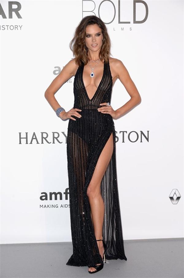 Thiên thần nội y Alessandra Ambrosio liên tục trở thành tâm điểm của ống kính với những đường cong nóng bỏng. Hai bộ váy mà cô diện dường như không thể mỏng hơn và cũng không thể xẻ nhiều hơn.